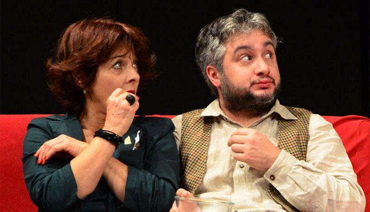 gli interpreti principali di sesso e bugie seduti sul divano rosso