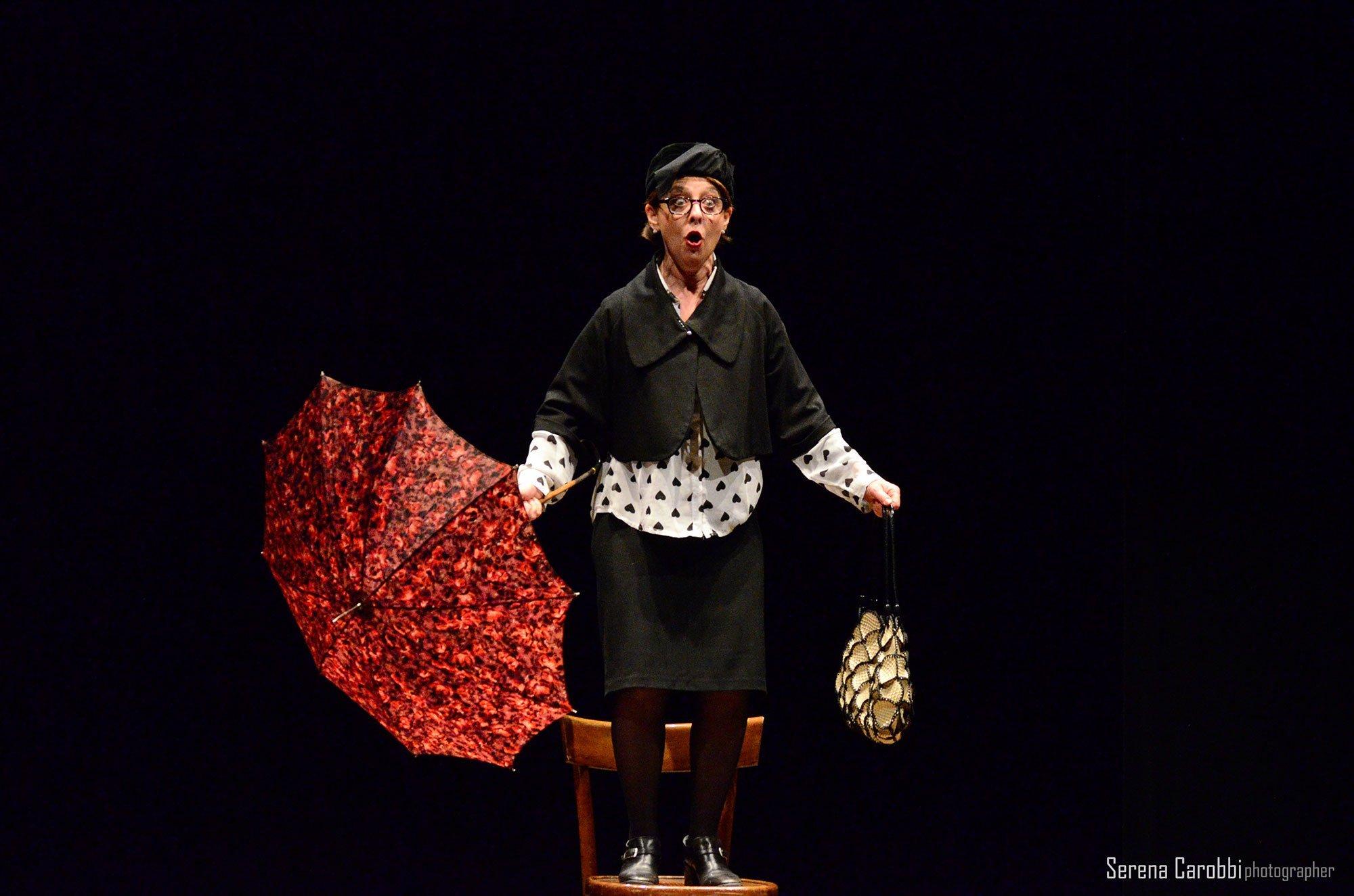 attrice in piedi su una sedia durante i monologhi della vagina